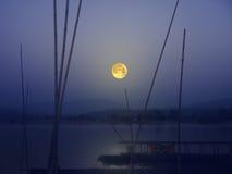 Bella notte della luna piena sopra il fiume immagini stock libere da diritti