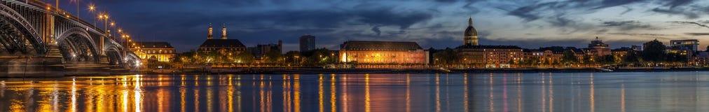 Bella notte di tramonto sopra il fiume Reno/del Reno ed il vecchio ponte i Fotografia Stock Libera da Diritti