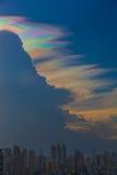 Bella nuvola iridescente, Irisation o nuvola dell'arcobaleno Immagine Stock