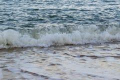 Bella onda molle che si schianta nella spiaggia di sabbia Fotografia Stock
