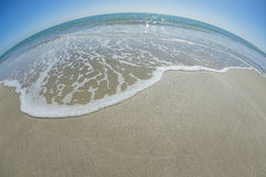 Bella onda nella forma della curva della spiaggia fotografia stock