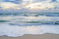 Bella onda sulla spiaggia al tramonto fotografia stock