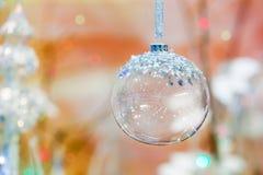 bella palla di natale di cristallo su fondo colorato Fotografia Stock Libera da Diritti