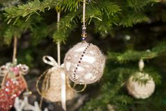 Bella palla di Natale su un albero di Natale Fotografia Stock