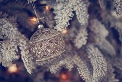 Bella palla di vetro sull'albero di Natale Fotografia Stock