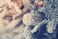 Bella palla di vetro sull'albero di Natale Fotografie Stock