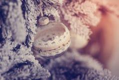 Bella palla di vetro sull'albero di Natale Fotografie Stock Libere da Diritti