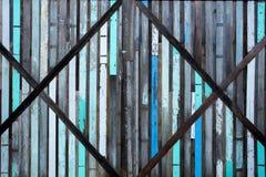 Bella parete di legno variopinta d'annata La parete fatta dal giunto di legno della plancia ha creato insieme il fondo e la strut immagini stock libere da diritti