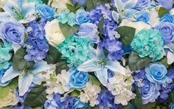Bella parete fatta dei fiori porpora viola rossi, rose, tulipani, Fotografia Stock