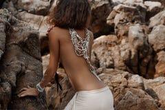 Bella parte posteriore della giovane donna con la fine etnica della collana su Fotografia Stock Libera da Diritti