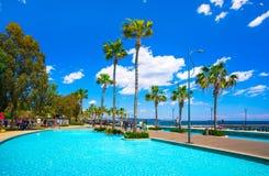 Bella passeggiata del mare con le palme, le sculture e gli stagni a Limassol, Cipro fotografie stock libere da diritti