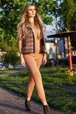 Bella passeggiata sexy della ragazza in autum di estate del giardino del parco Fotografie Stock Libere da Diritti
