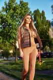 Bella passeggiata sexy della ragazza in tempo di autunno di estate del giardino del parco Fotografia Stock Libera da Diritti