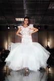 Bella passerella di modello delle camminate del vestito da cerimonia nuziale di usura Fotografie Stock Libere da Diritti