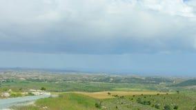 Bella pentola del campo di estate, colline verdi, parco eolico che genera elettricità stock footage