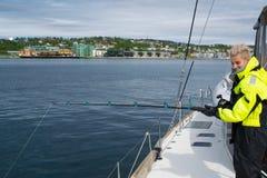 Bella pesca della ragazza in Norvegia del Nord Fotografia Stock Libera da Diritti