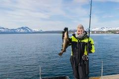 Bella pesca della ragazza in Norvegia del Nord Fotografia Stock
