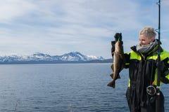 Bella pesca della ragazza in Norvegia del Nord Immagini Stock