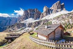 Bella piccola capanna nelle dolomia, Italia della montagna Fotografia Stock Libera da Diritti