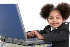 Bella piccola donna di affari che lavora al computer portatile Immagini Stock Libere da Diritti