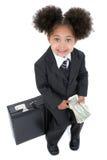 Bella piccola donna di affari che si siede sulla cartella con soldi Fotografia Stock