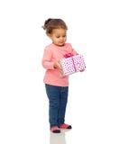Bella piccola neonata con regalo di compleanno Fotografie Stock
