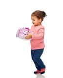 Bella piccola neonata con regalo di compleanno Fotografia Stock Libera da Diritti