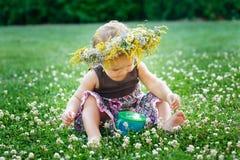 Bella piccola neonata felice in una corona su un prato sulla natura Fotografia Stock