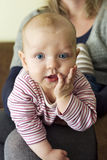 Bella piccola neonata inquisitrice Fotografie Stock Libere da Diritti