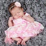Bella piccola neonata in studio immagini stock