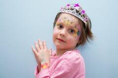 Bella piccola principessa con la pittura del fronte immagine stock libera da diritti