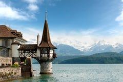 Bella piccola torre del castello di Oberhofen nel lago Thun con Fotografia Stock Libera da Diritti