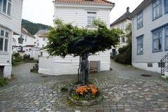 Bella piccola via con le case bianche norvegesi tradizionali a Bergen, Norvegia Fotografia Stock Libera da Diritti