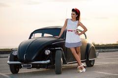 Bella pin-up con l'automobile d'annata Fotografia Stock Libera da Diritti
