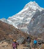 Bella piramide iconica dell'alta montagna e di camminata delle viandanti Fotografia Stock
