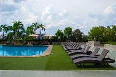 Bella piscina di lusso nella località di soggiorno dello stagno dell'hotel immagini stock libere da diritti