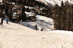 Bella pista di corsa con gli sci nelle alpi svizzere Immagini Stock