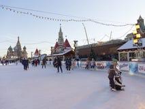 Bella pista di pattinaggio sul ghiaccio di Natale a Mosca Immagine Stock Libera da Diritti