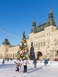 Bella pista di pattinaggio sul ghiaccio di Natale sul quadrato rosso, Russia Fotografia Stock