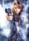 Bella pistola della holding della ragazza Immagini Stock Libere da Diritti
