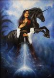 Bella pittura di giovane donna mistica in vestito storico che giudica la sua spada accompagnata dal suo unicorno nero royalty illustrazione gratis