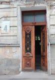 Bella porta di una casa del pld con la targa di immatricolazione Fotografie Stock