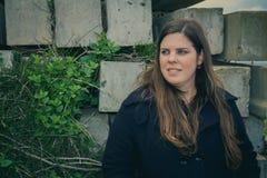 Bella posa castana della donna all'aperto nell'industriale abbandonato Fotografia Stock Libera da Diritti