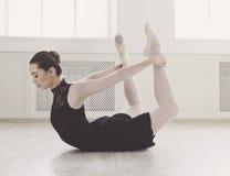 Bella posa dell'arco di pratica di ballerine, allungamento di yoga Immagini Stock