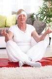 Bella posa matura del loto di yoga della donna Fotografia Stock Libera da Diritti
