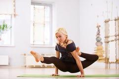 Bella posa sportiva di Eka Hasta Bhujasana di asana di yoga di pratiche della donna degli Yogi di misura nella stanza di forma fi Fotografia Stock