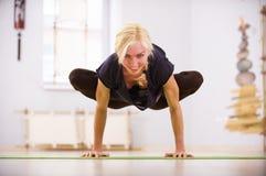 Bella posa sportiva di Padma Bakasana Lotus Crane di asana di yoga di pratiche della donna degli Yogi di misura nella stanza di f Fotografie Stock