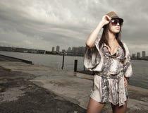 Bella posizione della giovane donna Fotografie Stock Libere da Diritti
