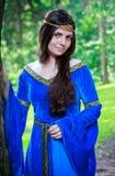 Bella principessa che si leva in piedi vicino al grande albero Fotografia Stock