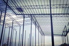 Bella progettazione della costruzione di edifici della struttura dell'acciaio del metallo del primo piano immagini stock libere da diritti